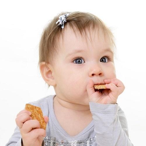 Có nên cho bé ăn bánh ăn dặm không